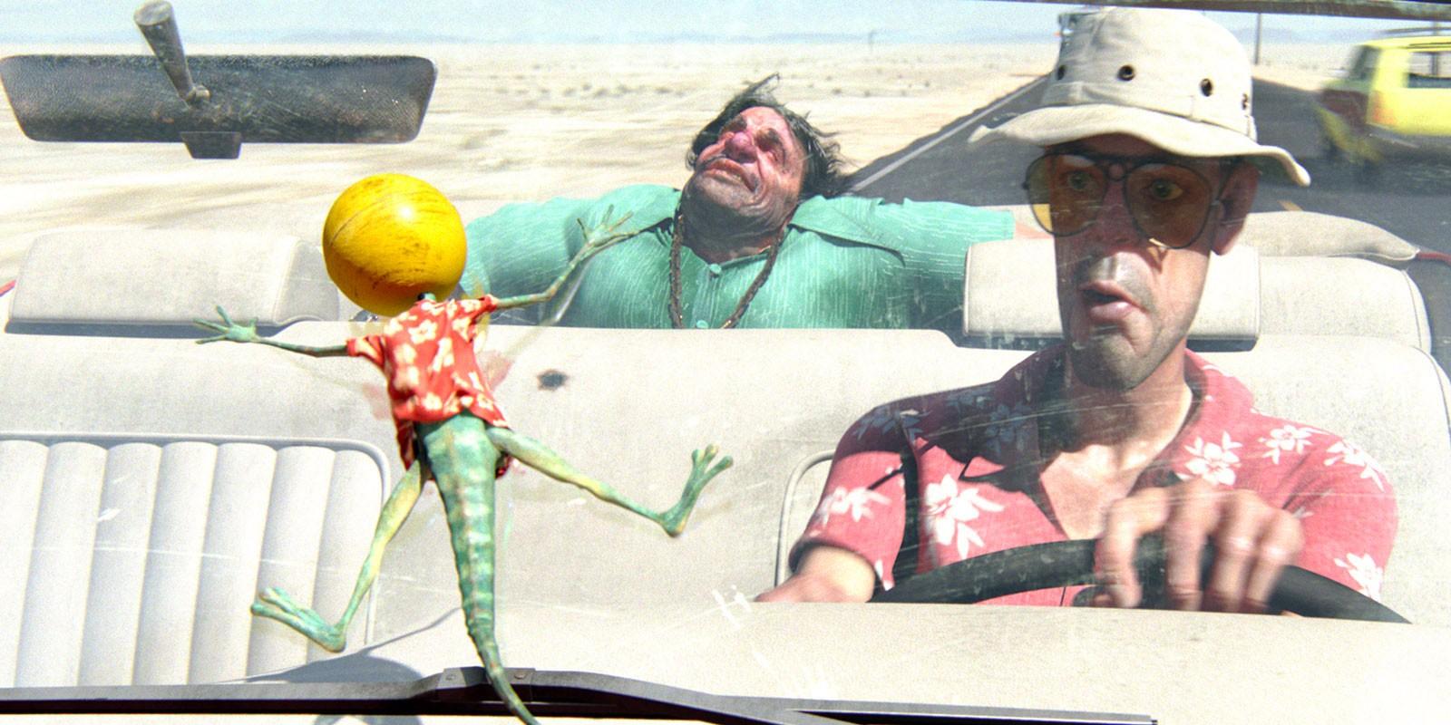 Ранго влетает в лобовое стекло машины