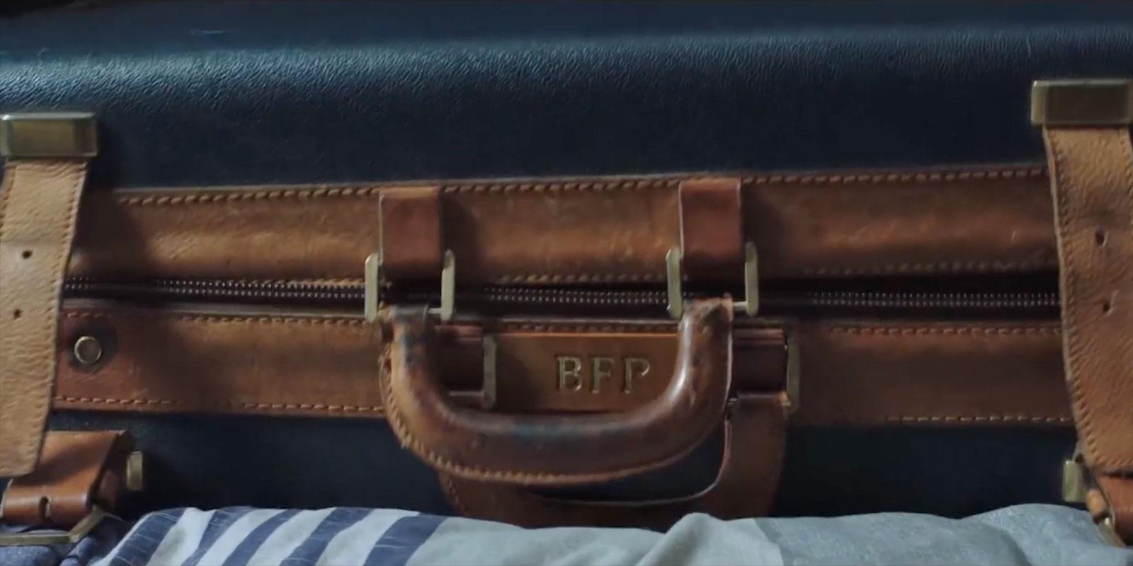 "Инициалы ""BFP"" на чемодане Питера"